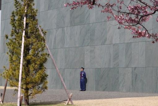 とよた美術3-3の美術館前の警備員