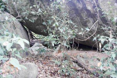 雨がぱらついてきて避難所をさがしていたら最適な岩屋があった。が雨は強くならず通過。