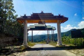 道路をさらに行くと村のゲートがある。 Ping 川がある。