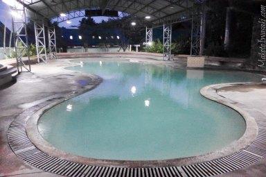 日没後の大プールは誰もいない。