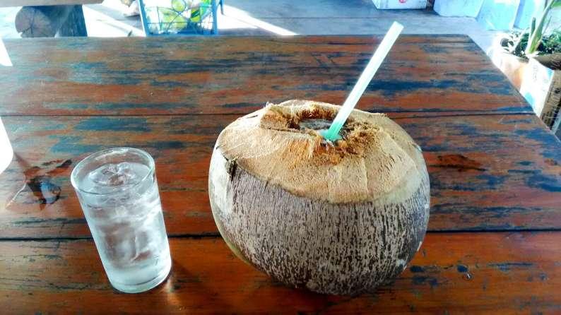 このココナッツはうまくなかった。青くない。