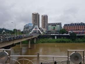 橋の向こうが支那