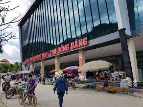 Đồng Đăng の市場兼バスストップ。カオバンまで10万ドン
