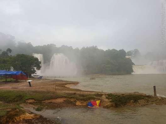 滝の方から下流方面に猛烈な滝飛沫が吹き付けるので落ち着かない。風向きが逆になるのは昼間か