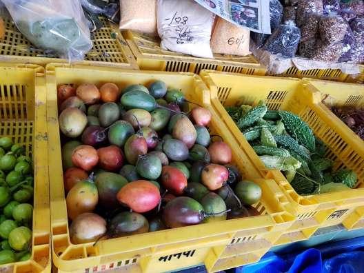 ガントックの市場でスイカとバナナ