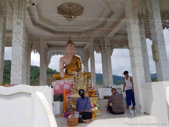 佛陀の親指に繋がる糸網