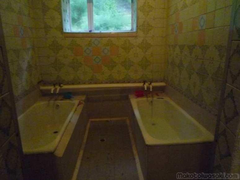 Karakol 近くの温泉、個室式
