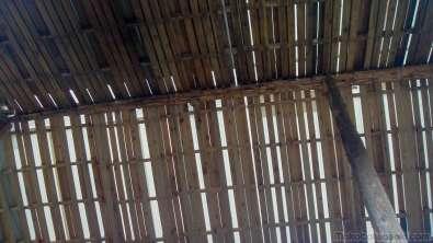 スズメバチが天井柱に巣を作った。刺されるようなことはなかったが、シタに糞尿などが散らかる