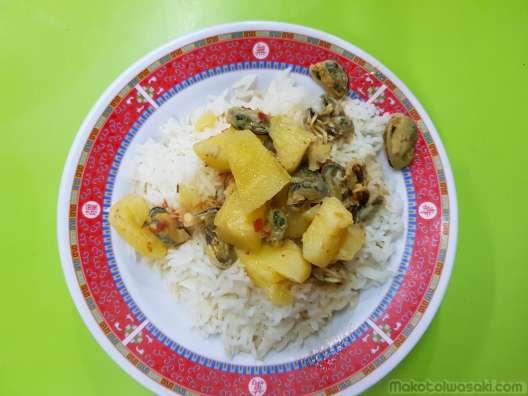 カンチャナブリバスターミナルの朝飯、貝とパイナップル