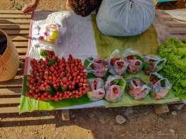 パゴダの門前市場。いちご