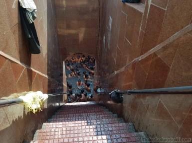 ラジギールの温泉は汚濁混雑