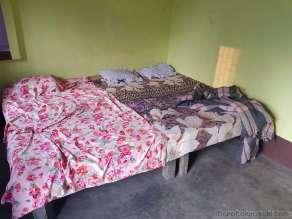 部屋。この上にテントで蚊よけ。