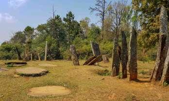 ヒンタン立石遺跡とサレイの滝