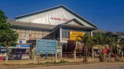 サムヌアの市場。2階の金屋で両替できる。銀行は閉まっている土曜日