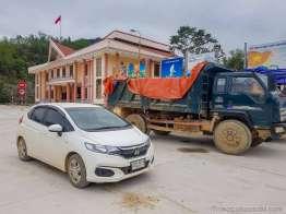 広い駐車場に車を置いてベトナム側の街を散策する。Unitel の電波は届く