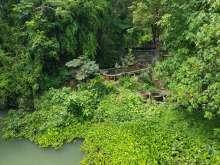 橋からシンコン温泉を見おろす