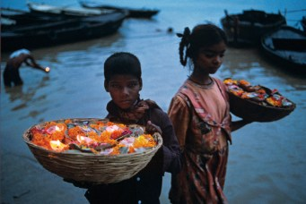 Steve McCurry,Children with floating offerings, Varanasi, India, 1996