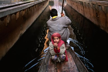 Steve McCurry,KASHMIR 1996, final print_milanA girl and her father go to the floating vegetable market in their shikara in Srinagar. Much of the city is surrounded by Dal Lake, where thousands of people use these canoe-like boats to go to and from their homes. Srinagar, Kashmir, India, 1996.Magnum Photos, NYC5946, MCS1999005 K200.