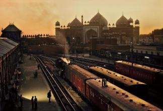 Steve McCurry,INDIA. Agra. 1983. Train station.