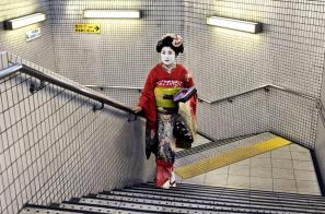 Steve McCurry,JAPAN. 2007. Geisha walking up the stairs of an office building.