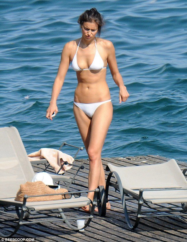 Irina-Shayk-2015-Temmuz-Beyaz-Bikinisiyle-8