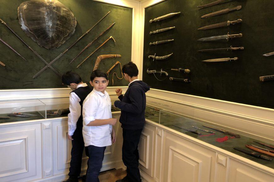 Ученики 160-ой школы в Центре творчества Максуда Ибрагимбекова. Оружейная комната.