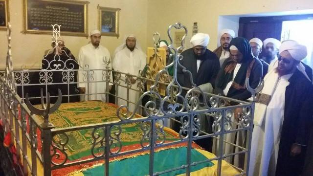 The noble grave of Shaykh Yusuf, being visited by eminent scholars including Habib Umar al-Hafidh al-Yamani