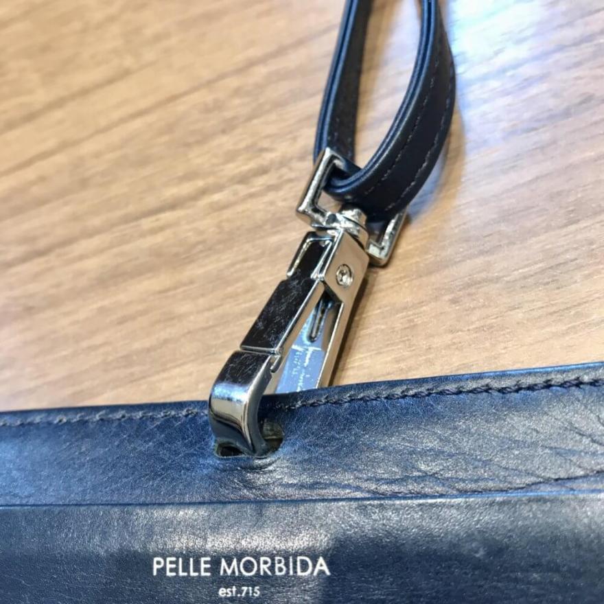 ペッレモルビダのIDカードケース「バルカ カーフレザー」はナスカン式