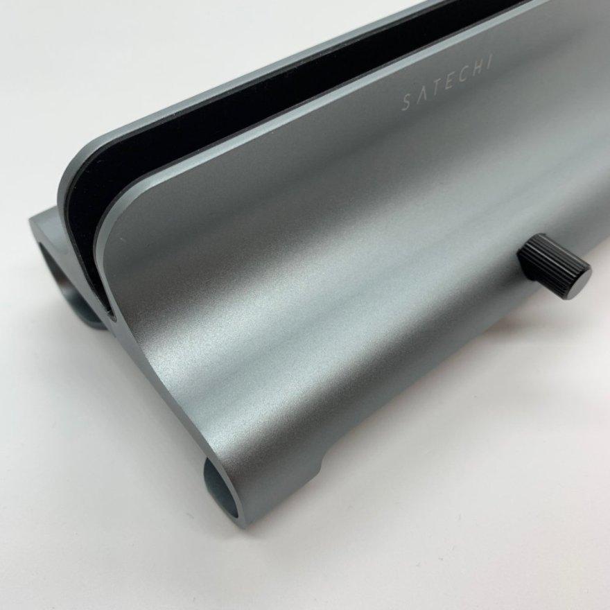 Satechiユニバーサル バーティカル ラップトップスタンドは丈夫なアルマイトアルミニウム製