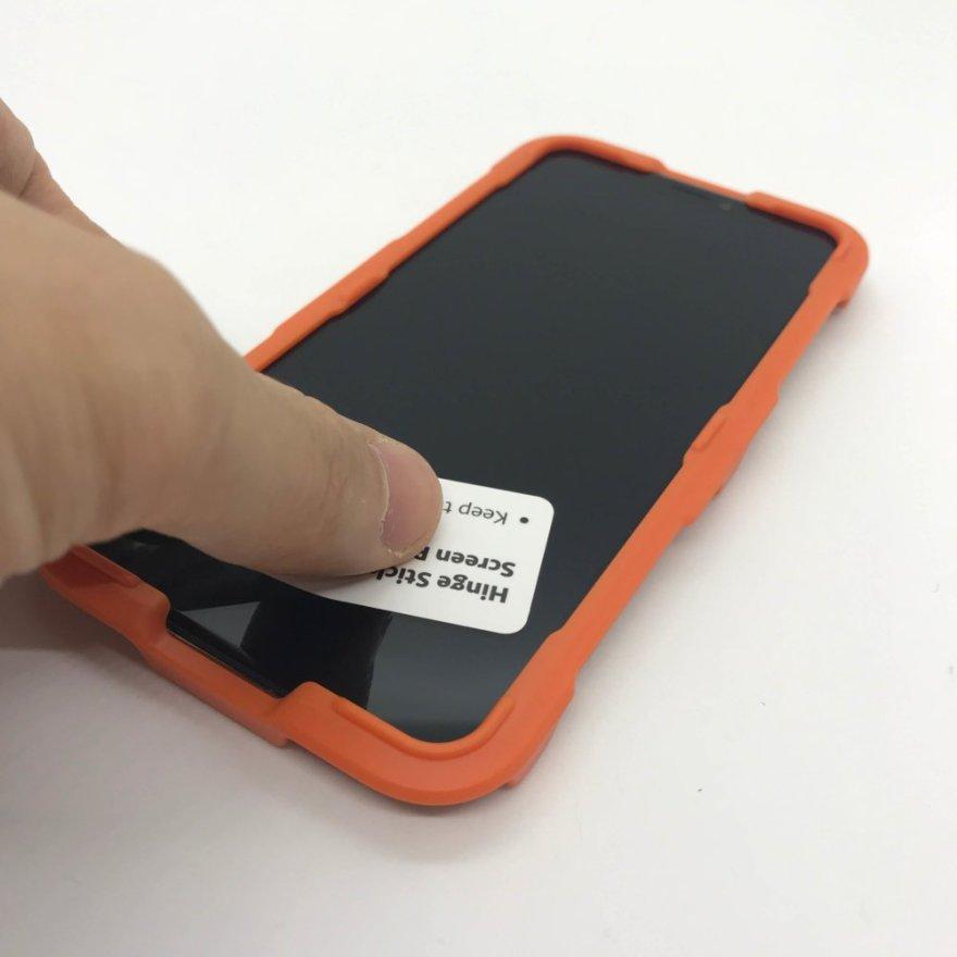 Anker GlassGuard iPhone XS/X用のホコリ除去用シールでiPhoneのホコリを除去する