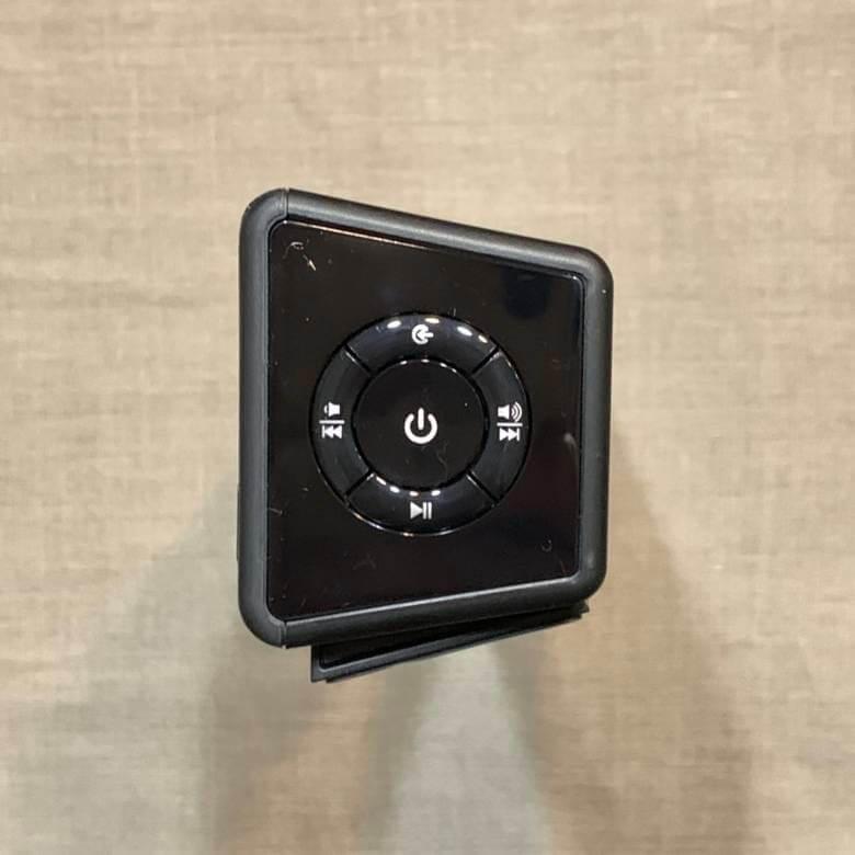 TaoTronics TT-SK025の側面には操作ボタンがある