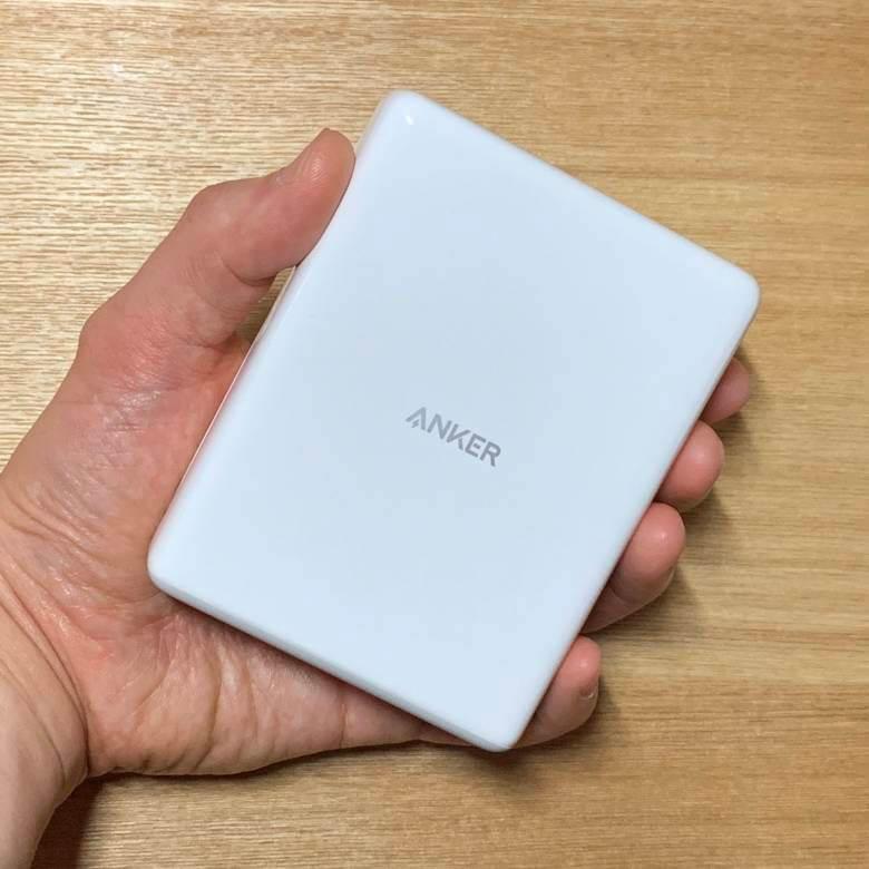 Anker PowerPort Atom PD4は110 x 85 x 34mmのパスポートサイズ