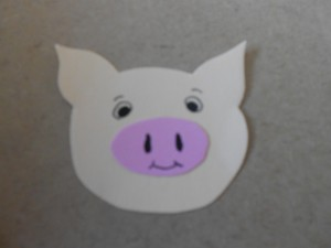 Ein Schweinchen aus Tonpapier.