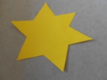 Der Stern wurde aus Papier ausgeschnitten.