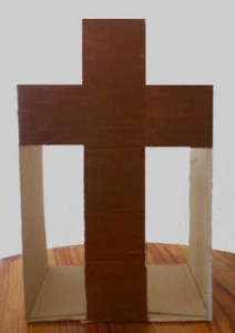 Ein Kreuz aus einem Schuhkarton