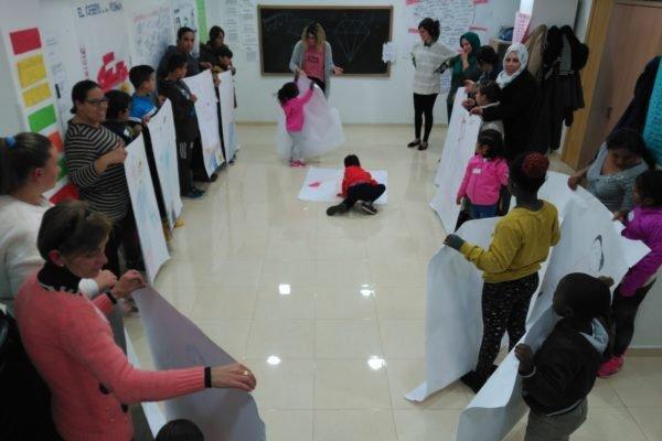 La crianza y sus retos centran el taller «Educar jugando» en la Axarquía