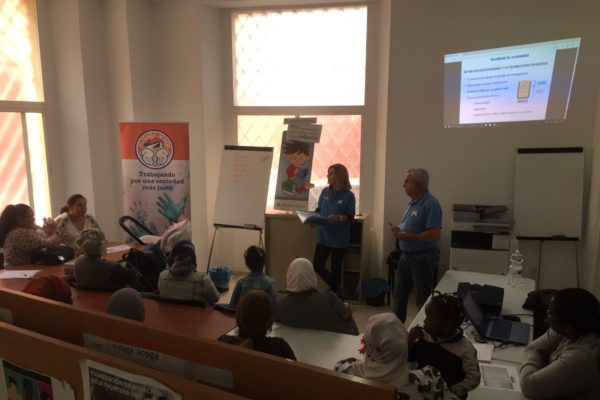 Un taller de economía doméstica para padres y madres del programa CaixaProinfancia