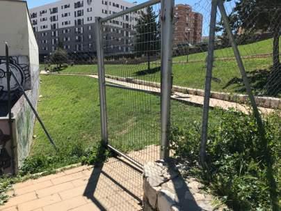 Puerta del extremo interno, por donde se cuelan no usuarios al campo de fútbol.