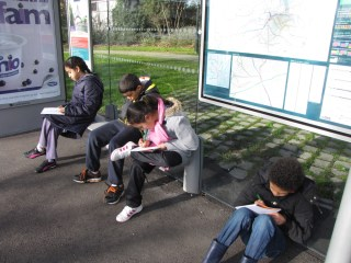 Ecriture à l'arrêt de bus (La Roche)