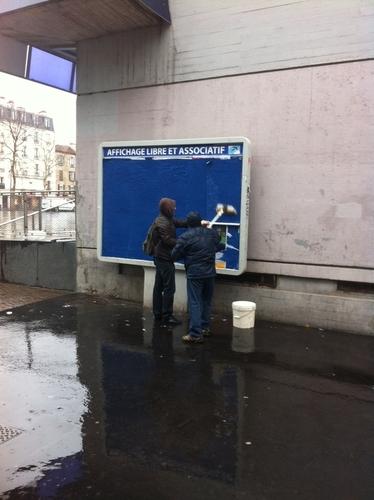 Les colleurs d'affiches du PCF recouvrent les panneaux d'un papier bleu