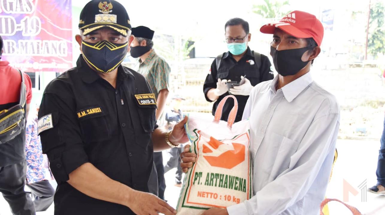 Foto : Bupati Malang, HM Sanusi bagikan beras kepada warga terdampak covid-19