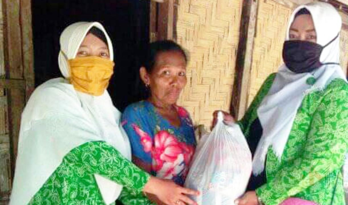 Foto : Fatayat NU Bandungrejo bagikan sembako kepada warga terdampak