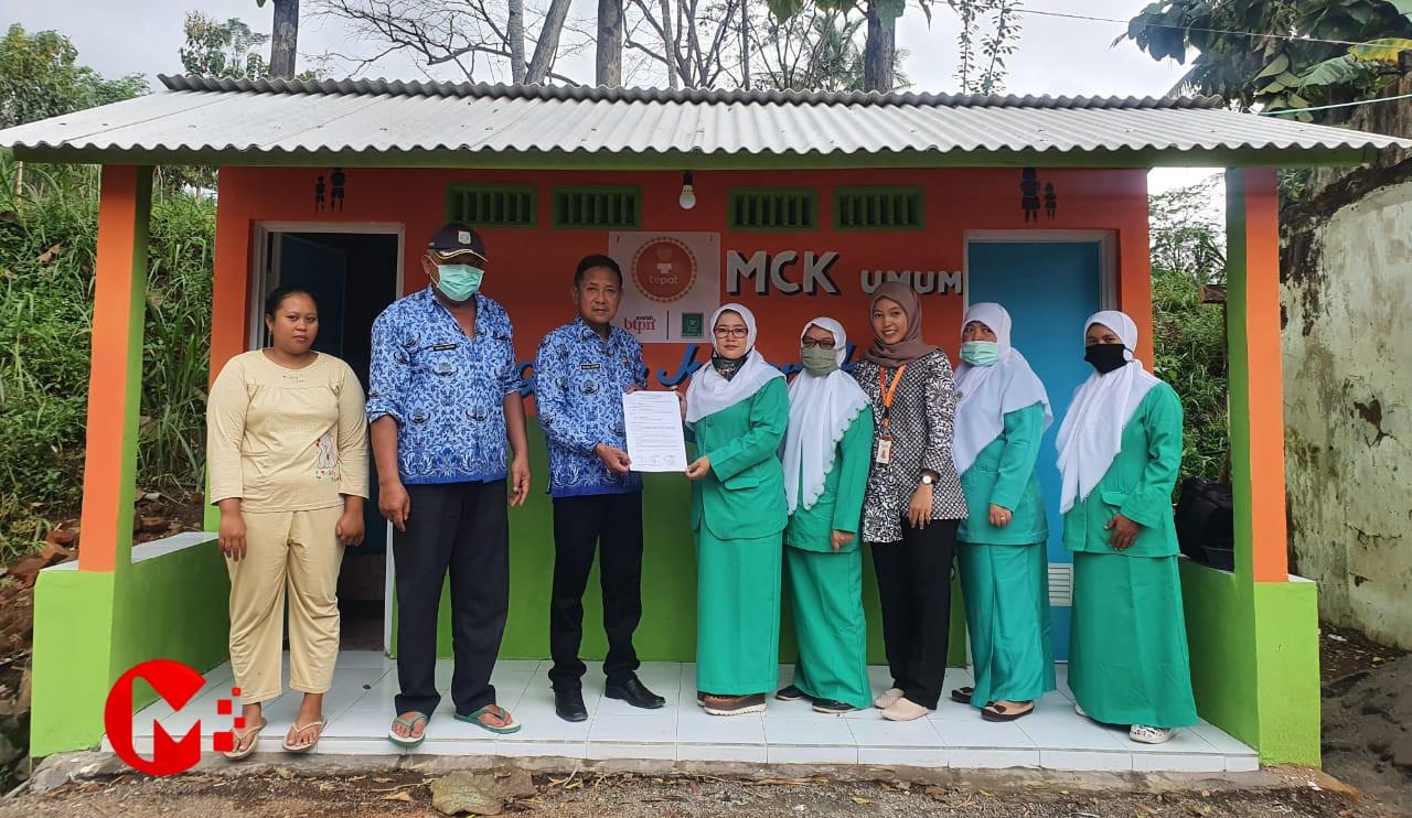 Foto : Fatayat NU serahkan bantuan MCK kepada kades Jambangan