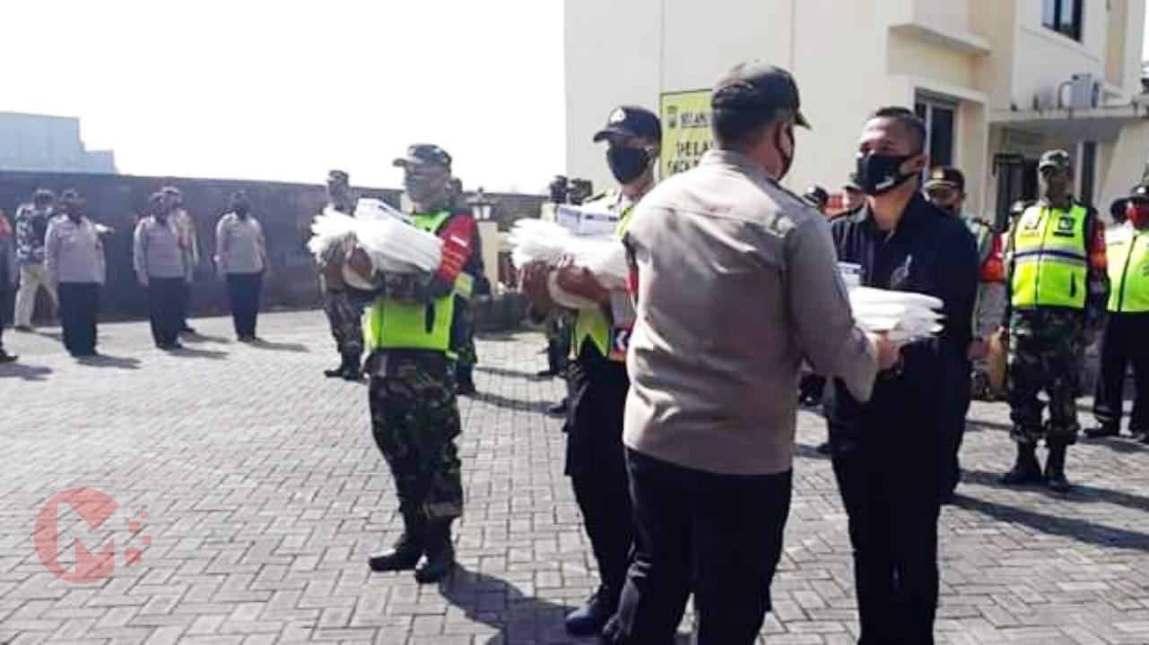 Foto : Kapolres Malang serahkan secara simbolis bantuan APD