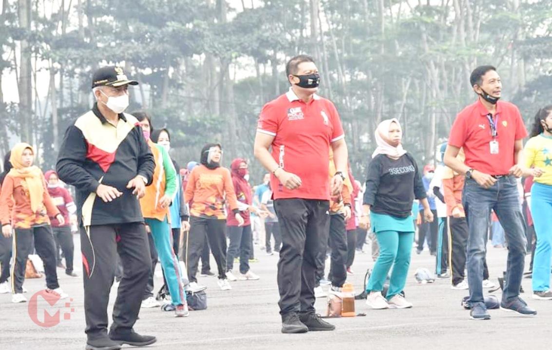 Foto : Bupati Malang, HM Sanusi Bersama Pj Sekda Kab (paling kanan) saat senam sehat dikanjuruhan