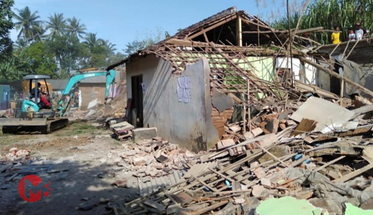 Foto : Proses penggusuran bangunan eks lokalisasi guru gondanglegi