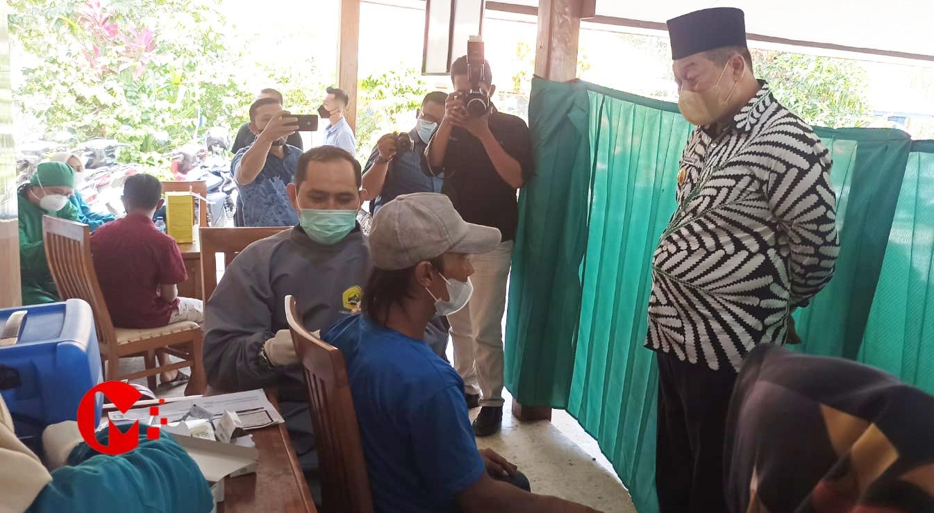 Foto : wakil bupati Malang saat tinjau pelaksanaan vaksinasi