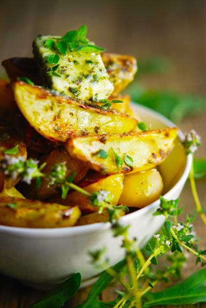 Pieczone ziemniaki w ziołach i maśle 15