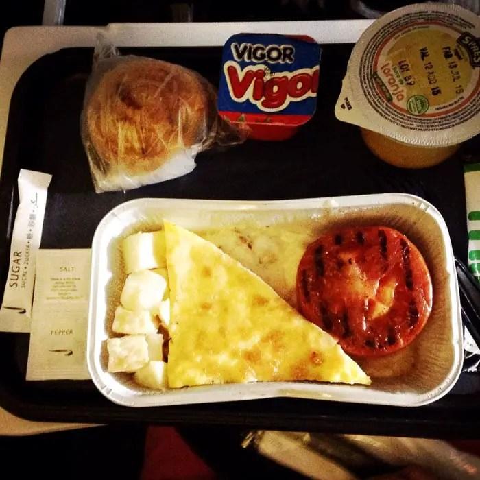 Café da manhã - omelete e tomate grelhado