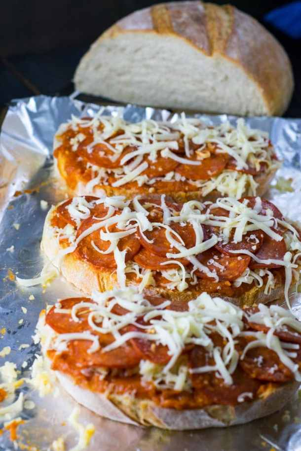 Fazendo Pizza Peperoni e Queijo no Pão | Malas e Panelas